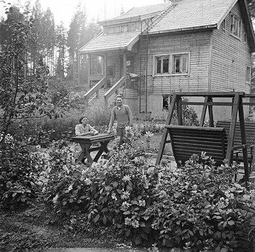 Koivukatu 29:n asukkaat talonsa pihalla Jyväskylän Kypärämäessä vuonna 1948. Kuva: Kauko Kippo, Suomen Ilmavoimamuseo / Keski-Suomen museo.