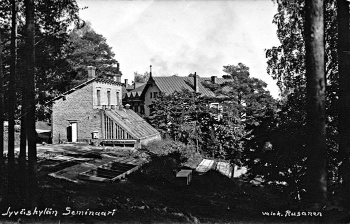 Jyväskylän seminaarin puistoa ja kasvihuone 1920-luvulla. Tiilinen kasvihuone valmistui vuonna 1906. Kuva: Jaakko Rusanen / Keski-Suomen museo.