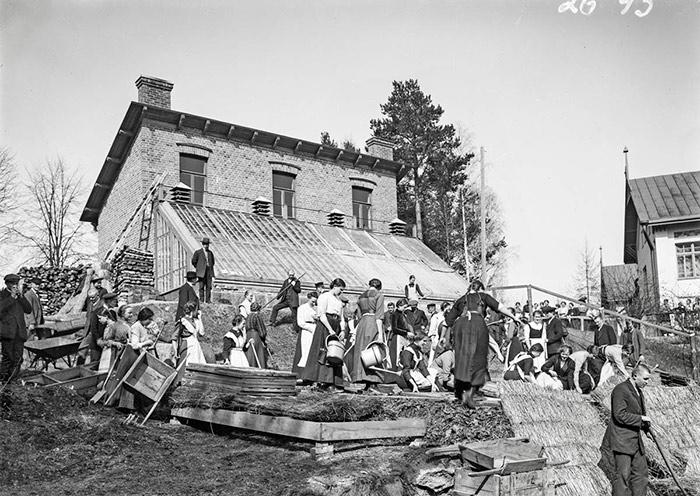 Jyväskylän seminaarin oppilaita puutarhatöissä seminaarin puutarhassa 1900-luvun alussa. Kuva: G. A. Stoore / Keski-Suomen museo.
