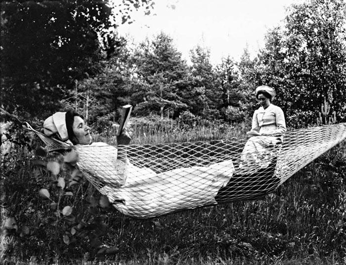 Naisten lukuhetki puutarhassa Pihtiputaalla 1900-luvun alkupuolella. Kuva: Nestor Saastamoinen / Keski-Suomen museo.