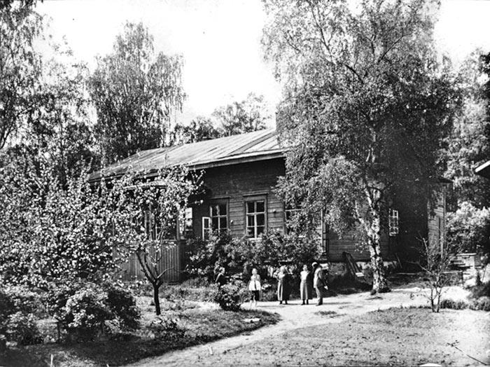 Gummeruksenkatu 8:n piha 1900-luvun alkupuolella Jyväskylässä. Kuva: Keski-Suomen museo.