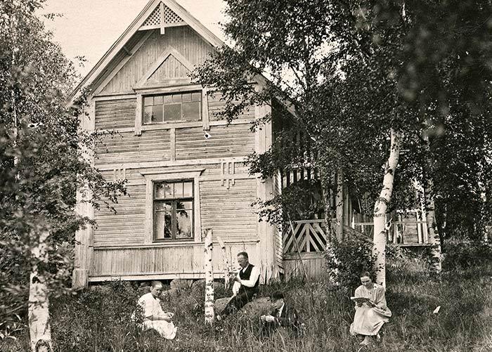 Parturi Ollikaisen huvilan piha Jyväskylän Halssilassa pidettiin luonnontilainen vuonna 1921. Kuva: Keski-Suomen museo.