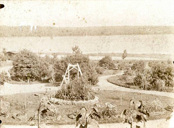 Jyväskylän Palokassa sijainneen Rutalan puutarhaoppilaitoksen pihalla oli ympyränmuotoisia istutusalueita sekä pihakeinu 1900-luvun alussa. Kuva: A. Kauppinen / Keski-Suomen museo.