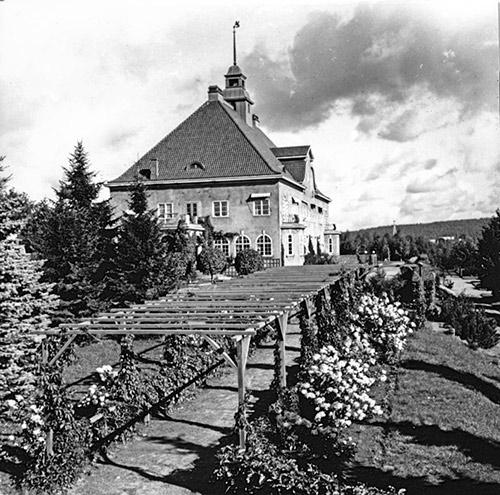 Schaumannin vaneritehtaan johtaja Bruno Krook rakennutti vuonna 1924 edustuskodikseen Schaumannin linnan, johon kuului iso puutarha ja pergola. Kuva: Antti Pänkäläinen / Keski-Suomen museo.