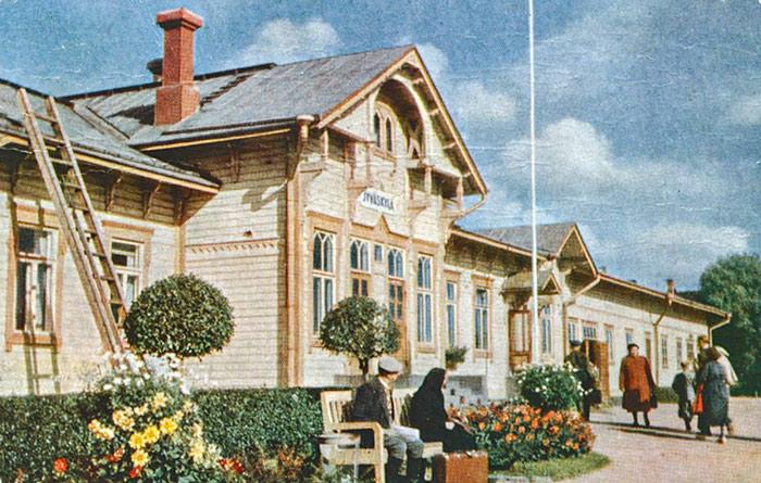 Jyväskylän rautatieasemaa koristivat 1950-luvulla muotoonleikatut puut ja kukkaistutukset. Kuva: Keski-Suomen museo.