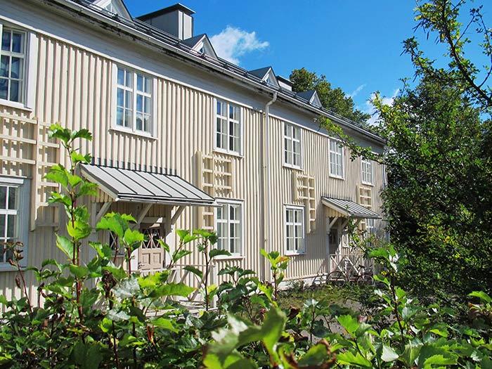 Jyväskylässä entinen rautatieläisten kasarmialue sijaitsee vanhan asemarakennuksen tuntumassa. Kuva: Tiia Seppänen / Keski-Suomen museo.