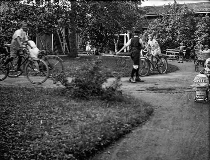 Lapsia leikkimässä Huvilan tilan pihamaalla 1930-luvulla. Kuva: Torsten Åström / Keski-Suomen museo.