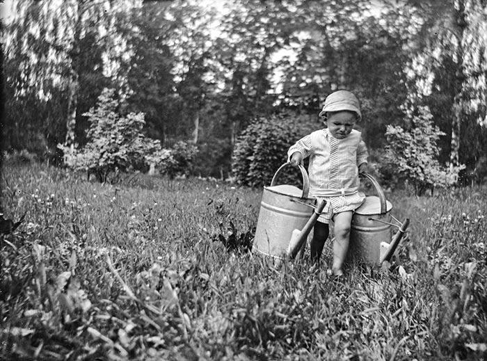 Puutarhan kasteluun osallistuivat usein myös lapset. Kuva: Torsten Åström / Keski-Suomen museo.