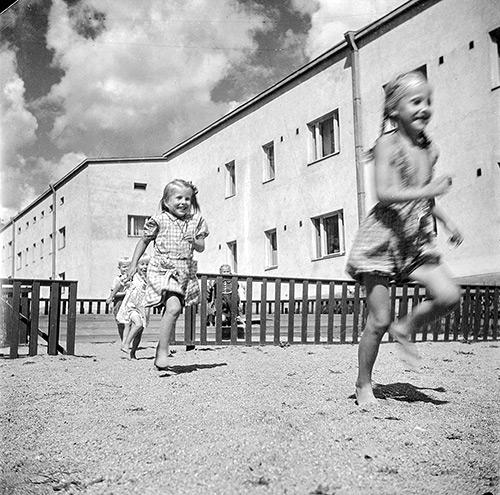 Lapsia leikkimässä Jyväskylän Rautpohjan tehtaan asuintalojen pihassa vuonna 1948. Kuva: Kauko Kippo, Suomen Ilmavoimamuseo / Keski-Suomen museo.