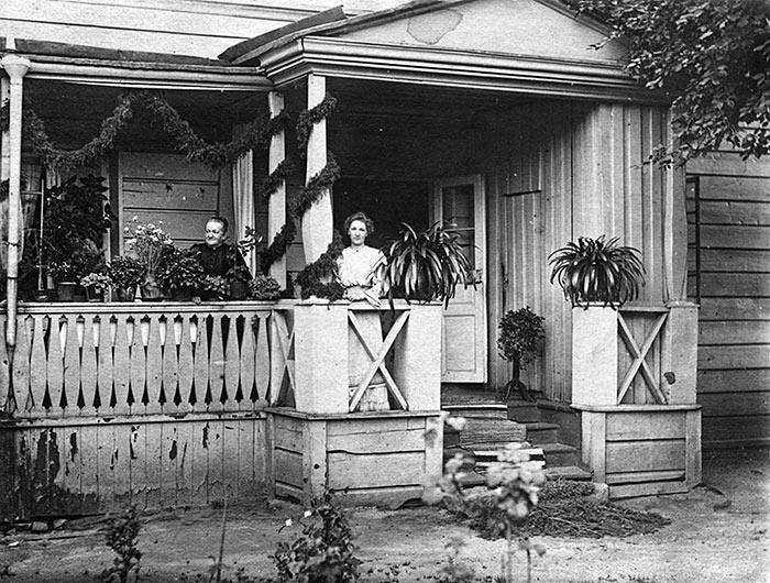 Kauppias Girsénin perheen naisia kotinsa kuistilla Jyväskylässä 1900-luvun alussa. Kuva: Keski-Suomen museo.
