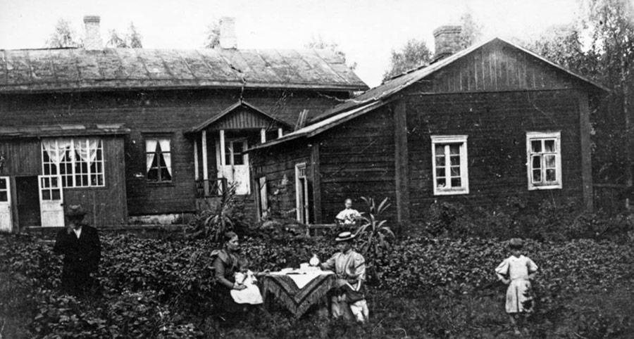 Suutari Mathias Hartmanin puutarhassa Jyväskylän Vaasankatu 17:ssä 1800–1900-lukujen taitteessa. Vieraita kestittiin sisäpihalla, jossa kasvoi tupakkaa. Kuva: Keski-Suomen museo.
