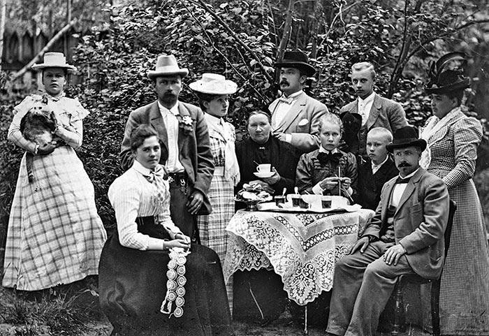 Kahvihetki puutarhassa 1800–1900-lukujen vaihteessa. Kuva: Olga Höglund-Oksanen / Keski-Suomen museo.